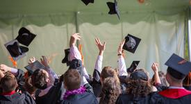 Проучване: Една трета от хората се женят за гаджето си от университета