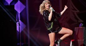 Тейлър Суифт маха изкуствените си мигли по време на концерт