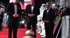 """Дори BB-8 от """"Междузвездни войни"""" коленичи пред принц Хари и принц Уилям"""