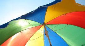 Плажният чадър не е достатъчна защита от слънчевите лъчи