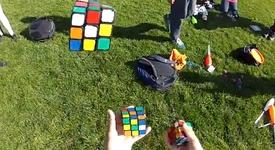 Студент подреди 3 кубчета на Рубик, докато жонглира с тях (+видео)