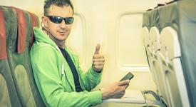 Съвети как да оцелееш на средната седалка в самолета