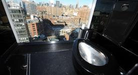 А ти би ли използвал тоалетна със стъклени стени, знаейки, че хората те гледат?