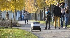 Робот на шест колела прави доставки на онлайн стоки до дома