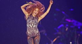 Шакира с червена коса