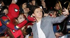 И Спайдърмен е с маска