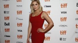 Критикуват Ашли Бенсън заради връзката ѝ с Кара Делевин