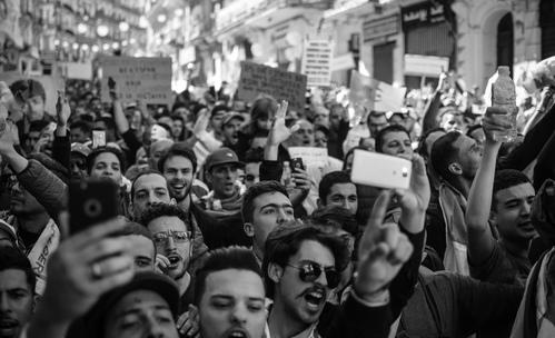 Какво правят зодиите по протести?