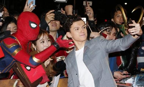 Том Холанд носи прашки под костюма на Спайдърмен