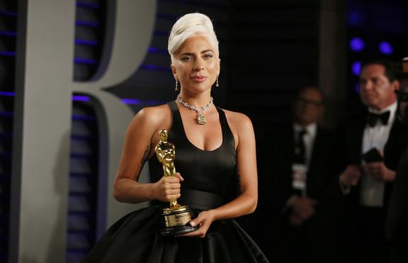 В защита на Ирина Шейк: Руснаци се заяждат с Лейди Гага в мрежата