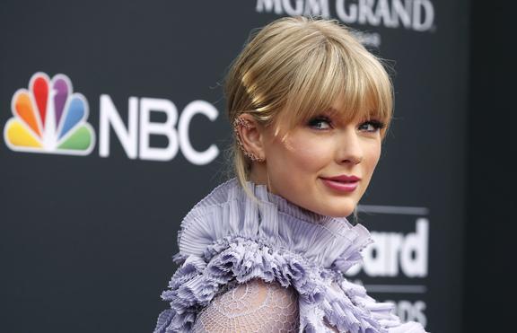 Тейлър Суифт със специалната награда на Teen Choice Awards