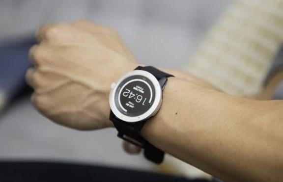 Нов умен часовник се зарежда с човешката топлина