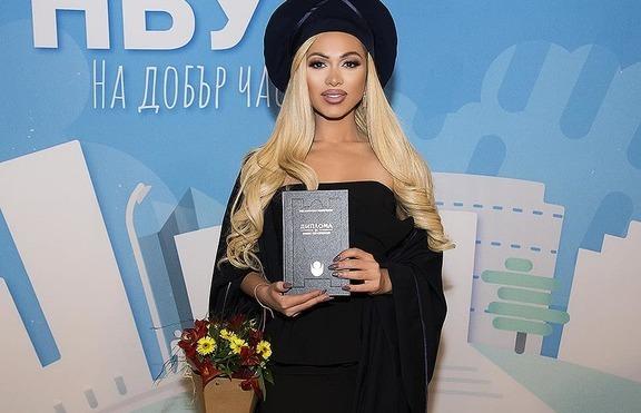 Нора Недкова по тога и с диплома