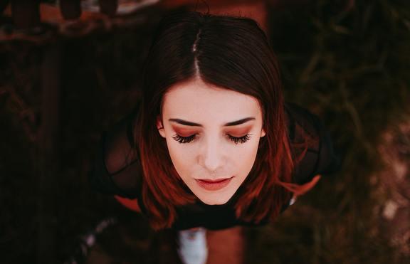 Червени сенки за очи за есента