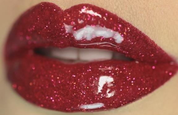 Как да направим обемни устни с брокат?