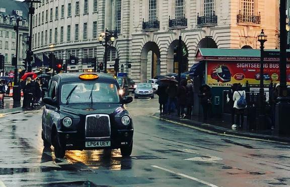 Компания предлага 6-минутни срещи в такси за Свети Валентин