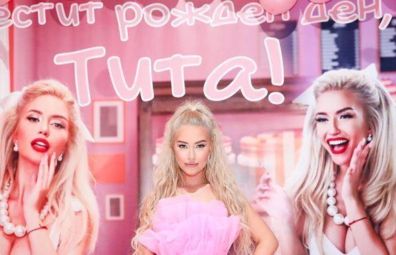 Тита отпразнува 20-ия си рожден ден като Барби