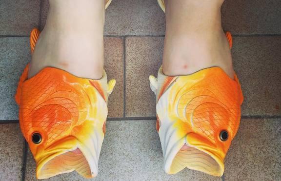 С чехли-риби на плажа