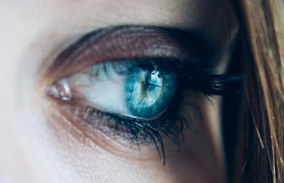 Лекари открили 17 лещи в окото на жена