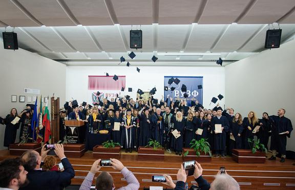 Близо 200 студенти от ВУЗФ получиха дипломи и положиха клетва като икономисти