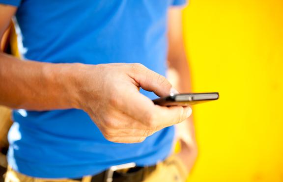 Разбери какво има той в мобилния си телефон