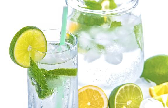 Вода с лимон: 4 ползи за кожата