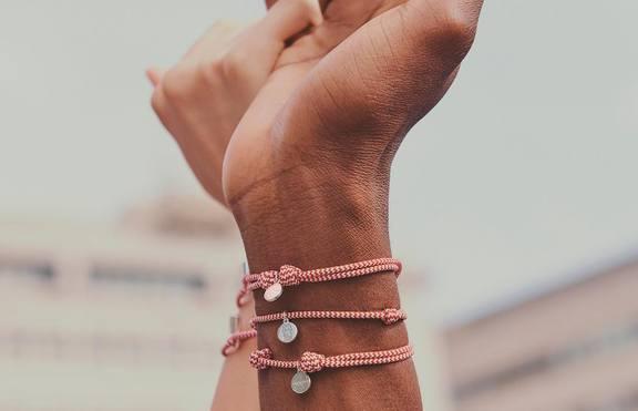 Късметлийска гривна от Софи Търнър и Louis Vuitton