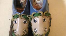 Обувки от мебели